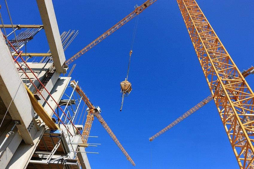Żurawie budowlane w akcji