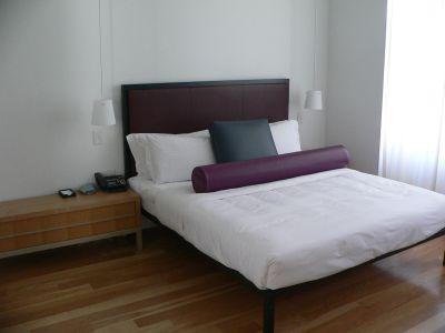 Sypialnia urządzona w surowym, północnym style, brak ozdób i zbędnych elementów - FLICKR