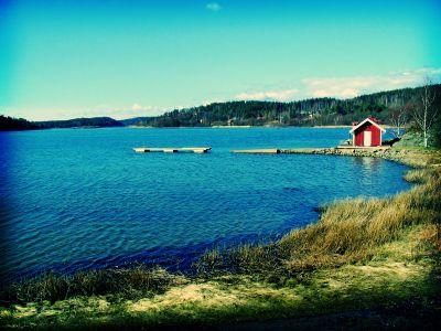 Domek nad jeziorem w Skandynawii, piękna i czysta okolica, lazurowa woda - sxc.hu