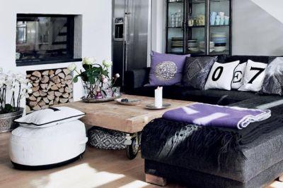 Przestronny salon urządzony w stylu skandynawskim, kominek, skórzane sofy i dominujęca biel - FLICKR