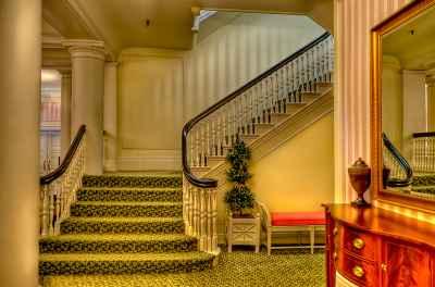 Schody w tym salonie również są zielone - położono na nich taką właście wykładzinę - source: FLICKR.com by Wonder Sighter
