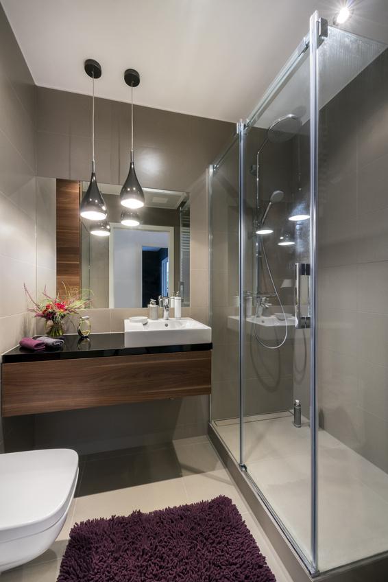 Łazienka z kabiną prysznicową, piękną umywalką i granitowym blatem