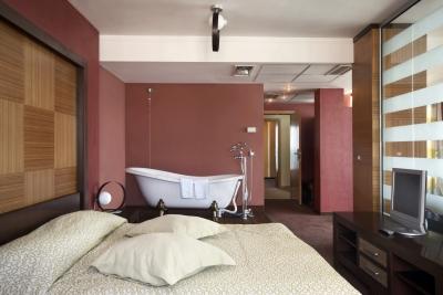 Zdjęcie potwierdza, że z funkcjonalnego punktu widzenia łazienka w sypialni to nietrafiony pomysł - source: FreeDigitalPhotos.net By sattva