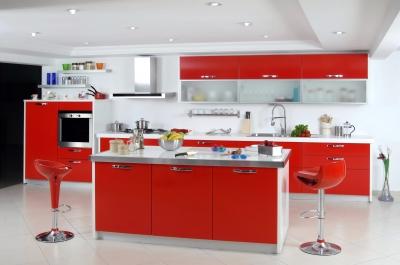 Nowoczesna kuchnia z czerwonymi błyszczącymi szafkami, bardzo przestronna