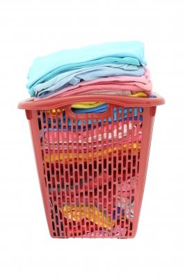 Kosz pełen prania czekający na włożenie do pralki - source: FreeDigitalPhotos.net By Keerati