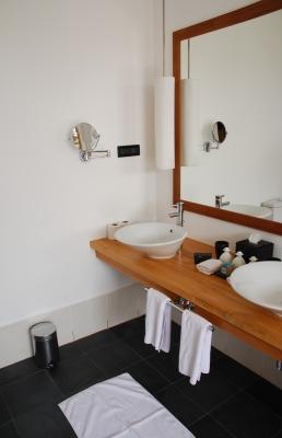 Łazienka urządzona zgodnie z zasadami minimalizmu przy użyciu nowoczesnego wzornictwa - source: FreeDigitalPhotos.net by artur84