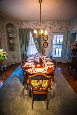 Widok na jadalnię arystokraty z innej strony, na stole widać piękną zastawę - source: FreeDigitalPhotos.net By digidreamgrafix