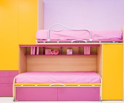 Pokój dziecka - na zdjęciu różowe łóżko piętrowe - source: FreeDigitalPhotos.net by luigi diamanti