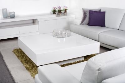 Białe meble z fioletowymi poduszkami FreeDigitalPhotos.net by photostock