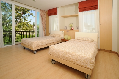 Sypialnia z dwoma osobnymi łóżkami pojednyczymi dla gości rozdzielonych szafką nocną - source: FreeDigitalPhotos.net By paytai