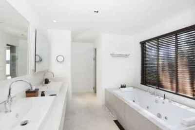Biała łazienka, biała armatura  FreeDigitalPhotos.net by  MR LIGHTMAN
