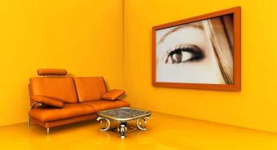 Salon w żółtych barwach, jako wyposażenie służy jedynie sofa, niewielki stolik i olbrzymi obraz na ścianie - source: freedigitalphotos.net by njaj