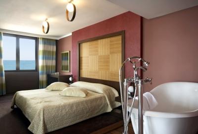 Sypialnia, w której stoi wolnostojąca, obła wanna - source: FreeDigitalPhotos.net By sattva