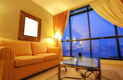 Salon z oknem na całą ścianę, żółta kanapa, drewniany stół ze szklanym blatem - freedigitalphotos.net_by_By_David_Castillo_Dominici.