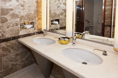 Łazienka z dwoma osobnymi umywalkami umieszczonymi na jednym blacie granitowym - source: FreeDigitalPhotos.net by -Marcus-