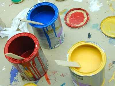 Kilka otwartych puszek z kolorowymi farbami - source: b1paintcans001 imageafter.com
