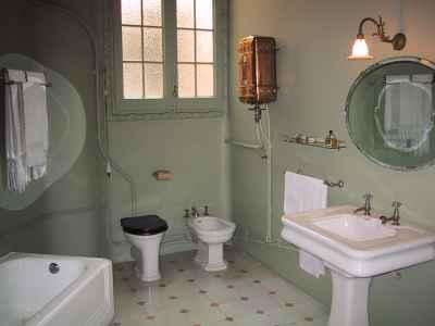Łazienka przed remontem nie wyglądała zbyt dobrze - source: imageafter