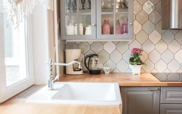 Biały zlewozmywak kuchenny - przegląd ofert, materiały, ceny, opinie