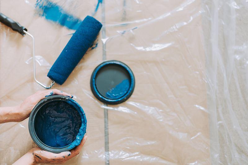 Puszka niebieskiej farby