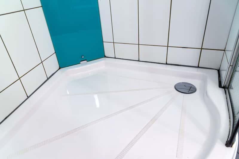 Brodzik przy kabinie prysznicowej w łazience