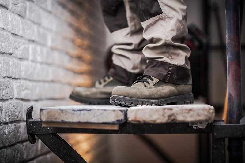Wygodne i ładne buty ochronne - jakie modele warto kupić?