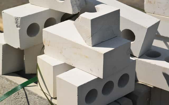 Wady i zalety cegły silikatowej. Kiedy warto zdecydować się na budowę domu z tego materiału?