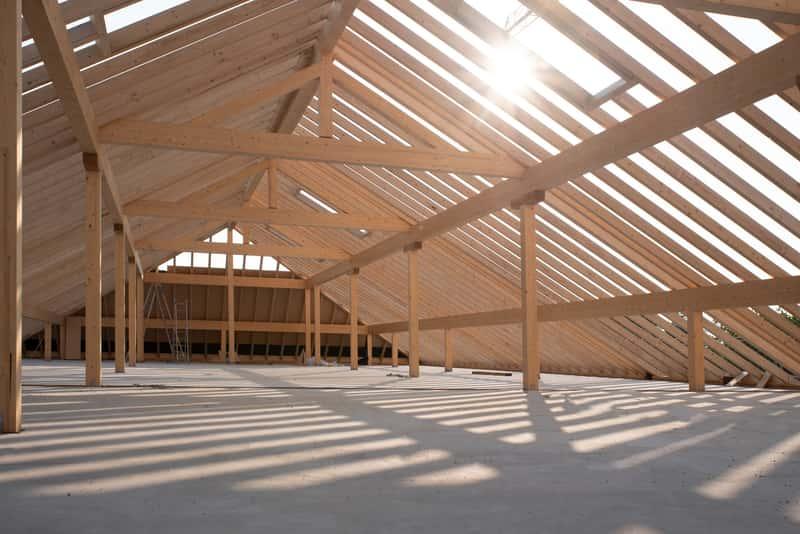 Dach krokwiowo-jętkowy i jego konstrukcja wykonana z drewnianych belek i innych elementów