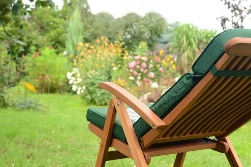 Drewniany leżak rozkładany jako doskonała porpozycja na leżak ogrodowy i element innych mebli ogrodowych