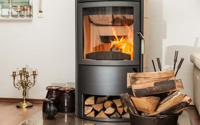 Drewno do kominka – rodzaje drewna, ceny, opinie, jak wybrać drewno?