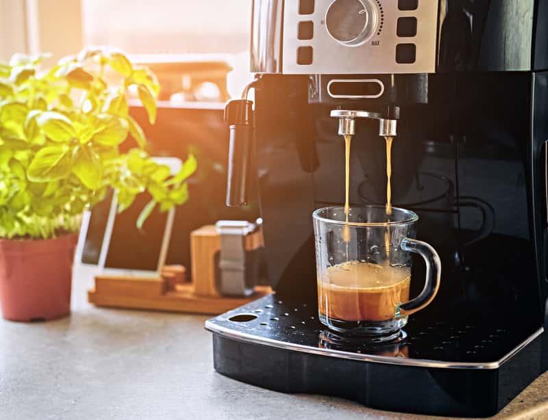 Ekspres do kawy z młynkiem - opinie, ceny, najlepsze modele i producenci