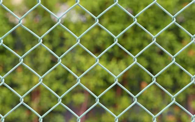 Ogrodzenie działki krok po kroku - siatka ogrodzeniowa, słupki, podmurówka