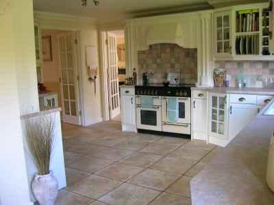 Kuchnia marzeń w stylu angielskim - przepiękne, kremowe kolory - source: FLICKR.com by Chellbie