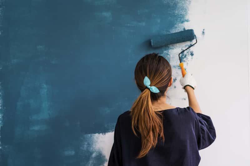 Kobieta podczas malowania ściany