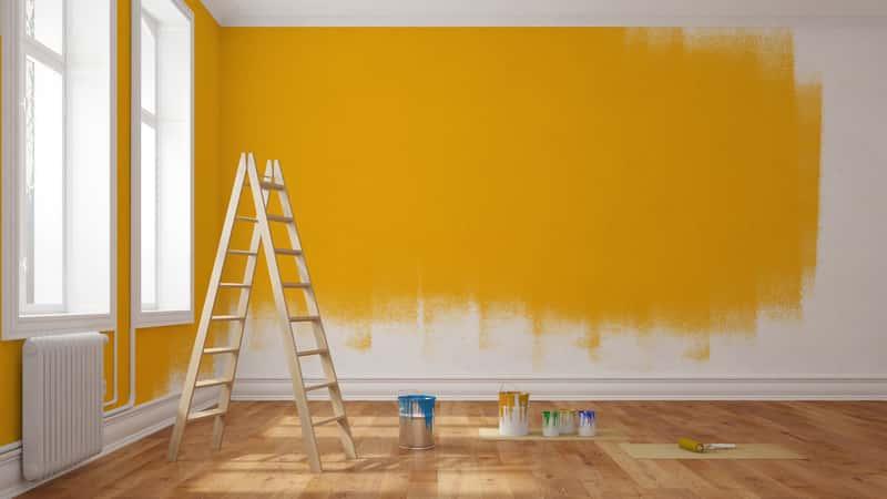 Malowanie ściany na pomarańczowo