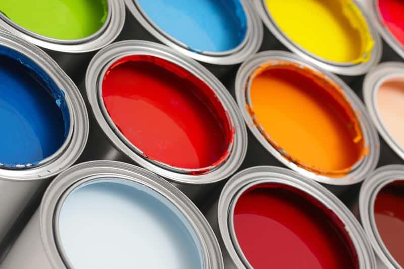 Kolorowe farby olejne w puszkach