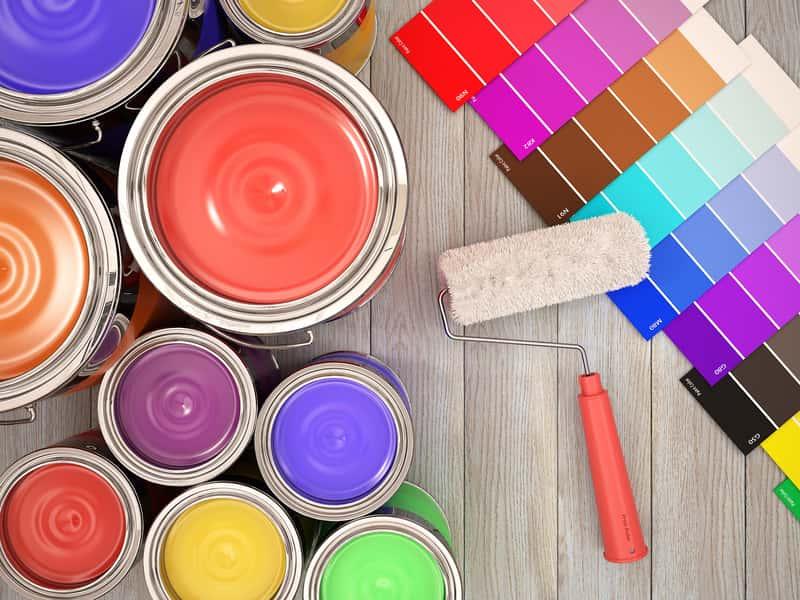 Kolorowe farby w puszkach