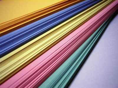 Kolorowe kawałki tapet ułożone jeden na drugim - source: morguefile