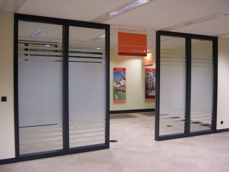 Folie okienne na przeszklonych drzwiach biurowych