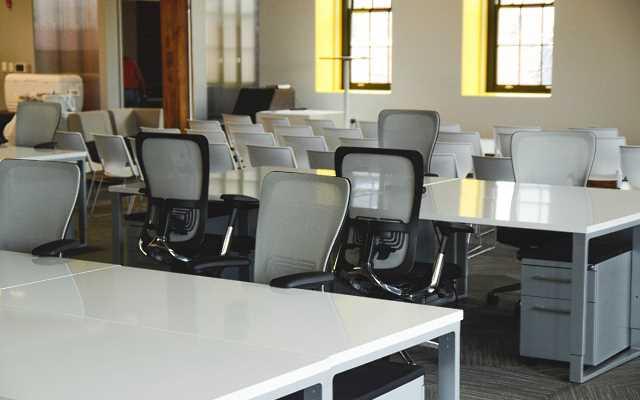 Pracujesz w pozycji siedzącej? Poznaj wady i zalety foteli biurowych