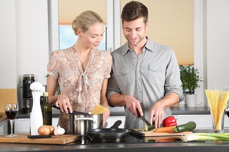 Wspólne gotowanie w kuchni
