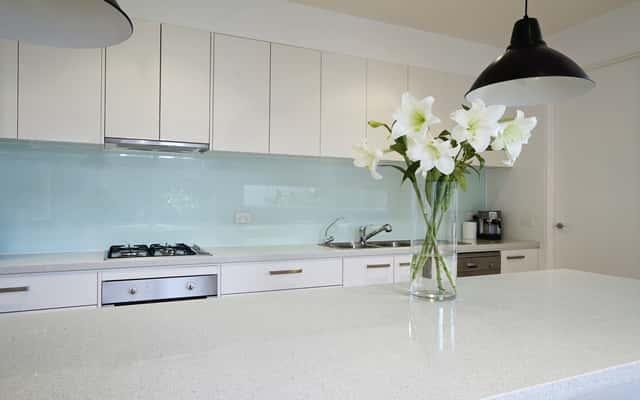 Hartowane tafle szklane do kuchni hitem wśród wykańczających mieszkanie