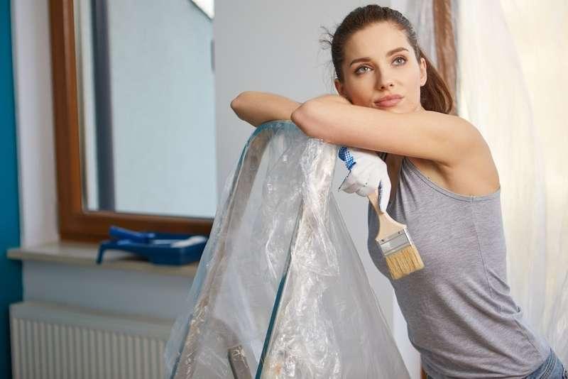 Kobieta w pokoju podczas malowania