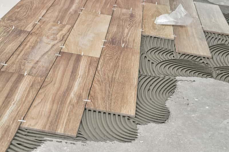 Kafelki drewnopodobne podczas układania