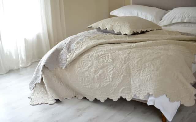 Kapy na łóżko – inspiracje do każdej sypialni, najlepsze materiały, porady