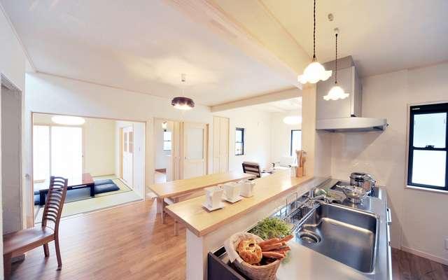 Kuchnia otwarta na salon - wybrane projekty salonu z aneksem