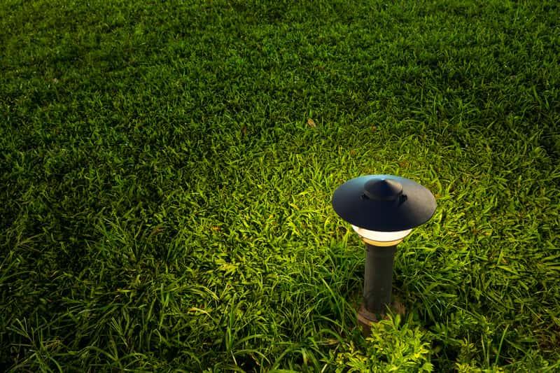 Świecąca lampa ogrodowa z czujnikiem