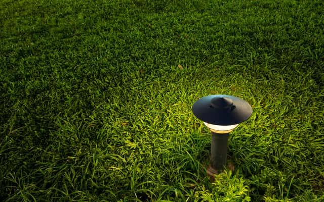Lampy z czujnikiem ruchu w ogrodzie i w domu - co warto wiedzieć przed zakupem?