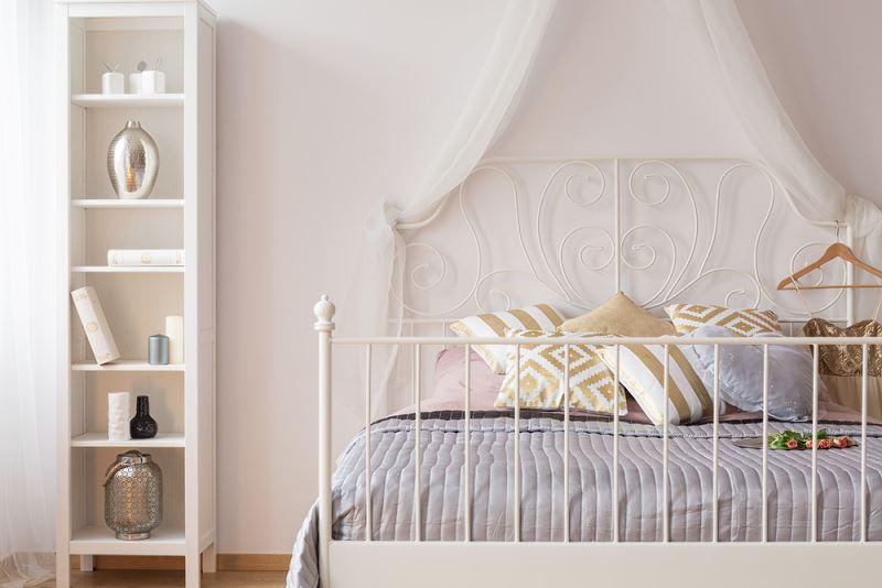Metalowe łóżko w sypialni