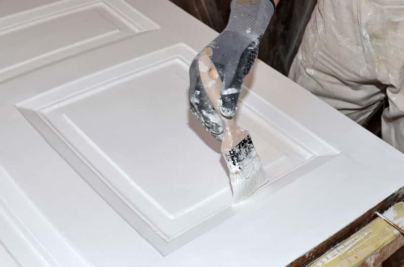 Malowanie drzwi na biało