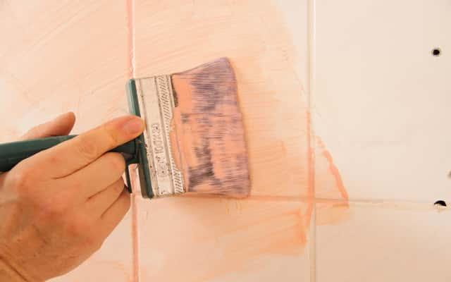 Malowanie płytek łazienkowych – porady praktyczne – farby, instrukcja – krok po kroku